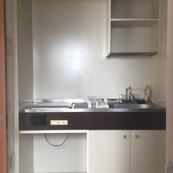 キッチンは一口1H。作業スペースは…まな板なら置けそう。 ※照明なしの時の写真です