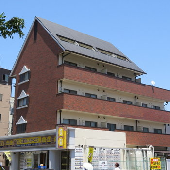 レンガ調の建物。某大手ハウスメーカーが施工なようで、安心ですね!