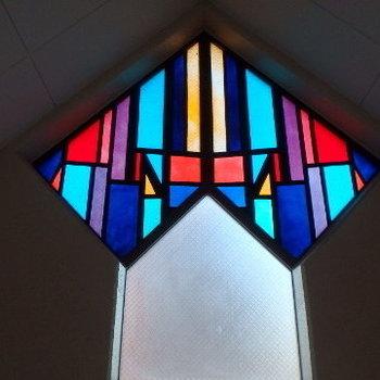 最上階にあるステンドグラス。夜になると屋内照明に透過し、姿を現すんです!