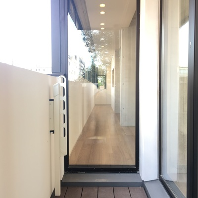 バルコニー。ガラス窓から、長い廊下見えます
