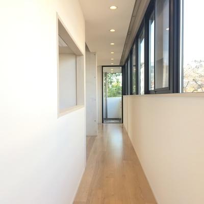 玄関からの廊下。なが~い窓と対面にキッチンの小窓