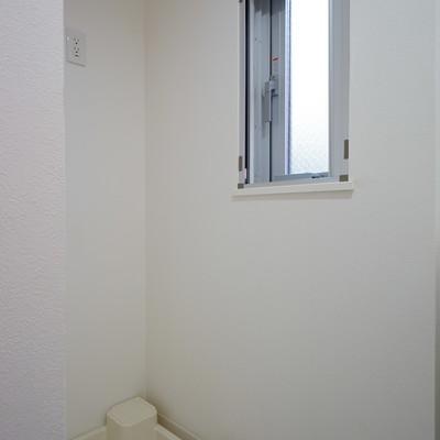 洗濯機置き場横に窓も◎