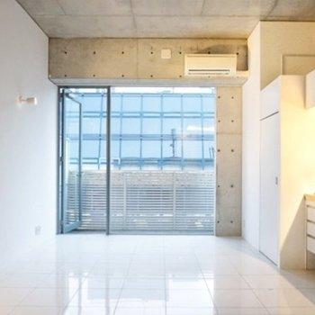壁面がっつりの窓が開放感に繋がっているんです。(※写真は前回募集時のものです)