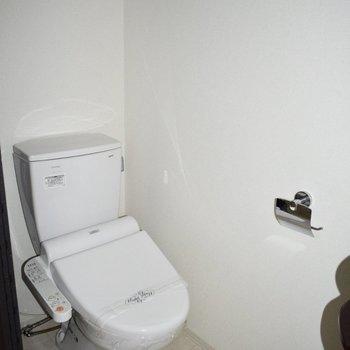 トイレはウォシュレット付き◎頭上には収納スペースもあります