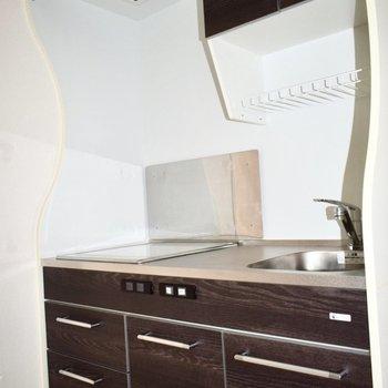キッチンの曲線デザイン、堪らない!収納もたくさん。