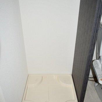 洗濯機置き場はお風呂の前に。