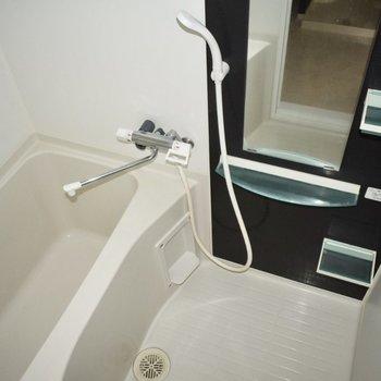 お風呂はスマートな雰囲気。 湯船も十分な広さです◎