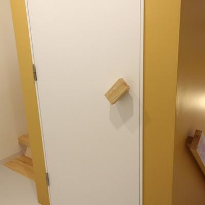 向かいにトイレ。ドアノブが可愛いんです※写真は前回募集時のものです