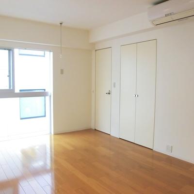 右サイドの壁にはトイレとクロゼット※写真は3階の同間取り別部屋のものです