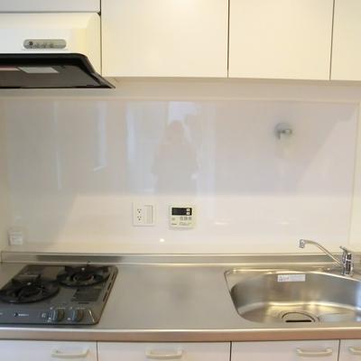 キッチン。スポットライトあります。※写真は3階の同間取り別部屋のものです