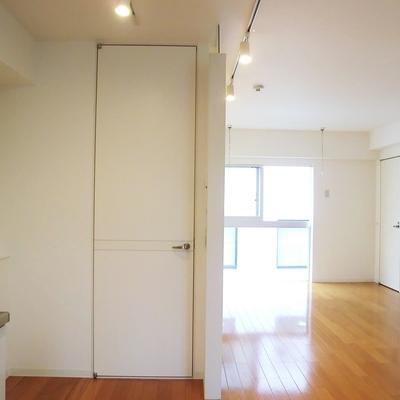 キッチン側から見たリビング。こちらの扉はバスにつながります。※写真は3階の同間取り別部屋のものです