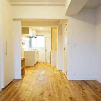 玄関から直線でつながるLDK※同間取り別部屋の写真、右側の壁紙はブラウンになります