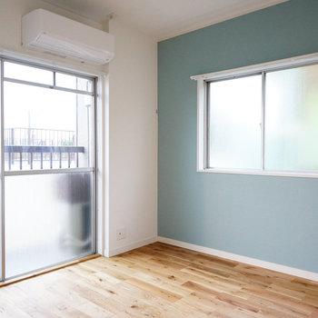 寝室は日当たりも風通しもよい2面採光※同間取り別部屋の写真、寝室は白い壁になります