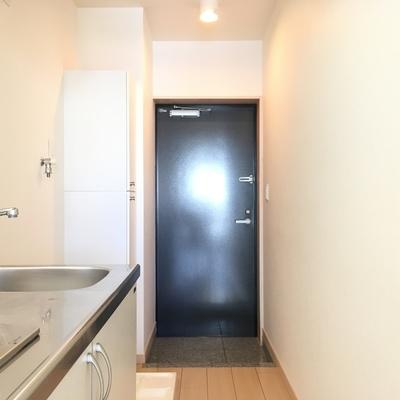 キッチン横に洗濯機、冷蔵庫置き場