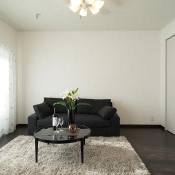 隣の寝室もモノトーンでカッコいい!※写真は1階の同間取り別部屋のものです。