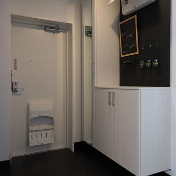 玄関にも有孔ボードが嬉しいですね!※写真は1階の同間取り別部屋のものです。