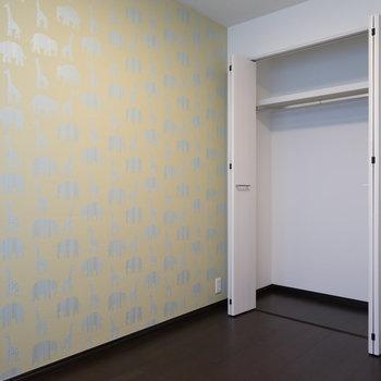 アクセントクロスがポップ♪※写真は1階の同間取り別部屋のものです。