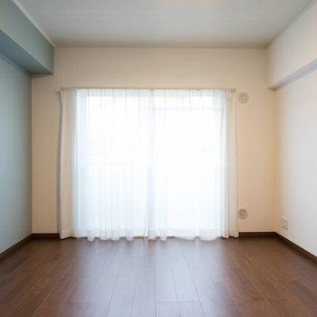 廊下を挟んだ寝室はこちら。※写真は1階の同間取り別部屋のものです。