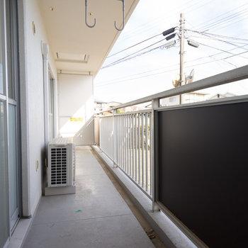 リビングのバルコニー広々!※写真は1階の同間取り別部屋のものです。