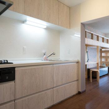 キッチンもゆったり◎※写真は1階の反転間取り別部屋のものです。