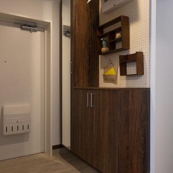 玄関にも有孔ボード!※写真は1階の反転間取り別部屋のものです。