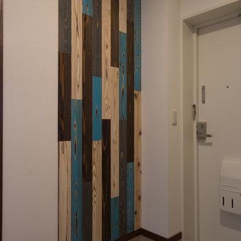 玄関にもアクセント♪※写真は1階の反転間取り別部屋のものです。