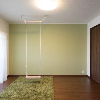 隣の寝室には、ブランコ!!※写真は1階の反転間取り別部屋のものです。