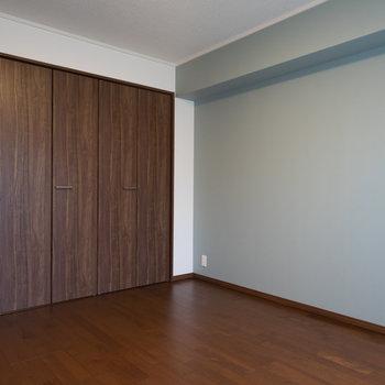 こちらも落ち着いた良い色合い♪※写真は1階の反転間取り別部屋のものです。