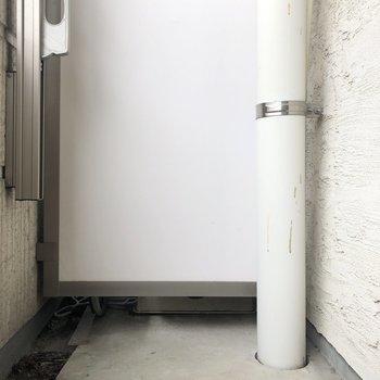 バルコニーは、洗濯物が干せるくらいです。※写真は2階の同間取り別部屋のものです