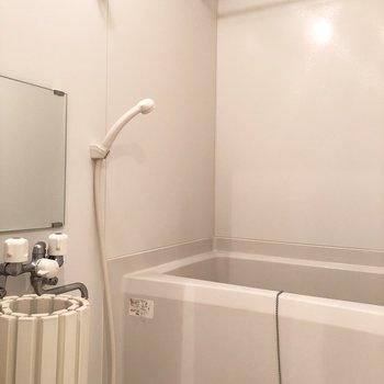 白く清潔感のあるお部屋です。※写真は2階の同間取り別部屋のものです