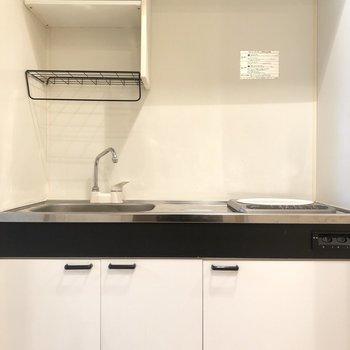 下の棚には、調理器具など収納がしたいですね。※写真は2階の同間取り別部屋のものです