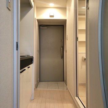 お部屋から見た廊下は、温かみのある色合いをしていました。※写真は2階の同間取り別部屋のものです