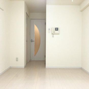 壁の白い模様から優しさを感じられました。※写真は2階の同間取り別部屋のものです