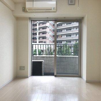 白く洗練された雰囲気のお部屋です。※写真は2階の同間取り別部屋のものです