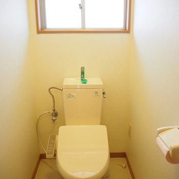 二階のトイレにも窓が付いてますね。