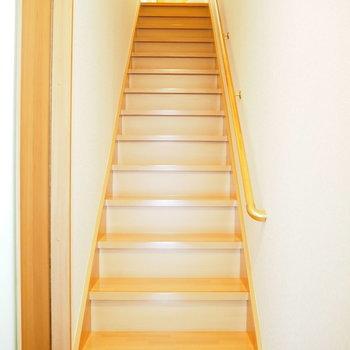 玄関を開けると階段が伸びています。