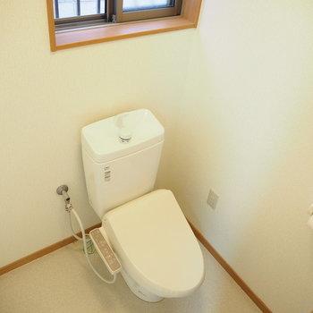 一階のトイレです。窓が付いているので換気ができます!
