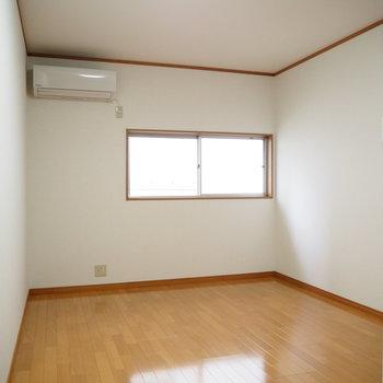 洋室②】窓も付いてます!エアコンも付いてますね。
