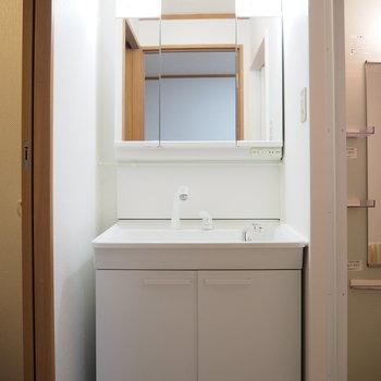 鏡が大きい独立洗面台です。