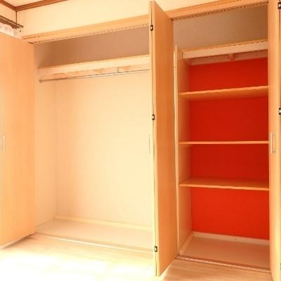 洋室の収納は壁一面!オレンジが差し色になってます。