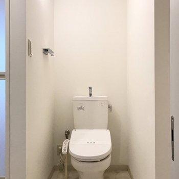 トイレも洗面台と同室に。