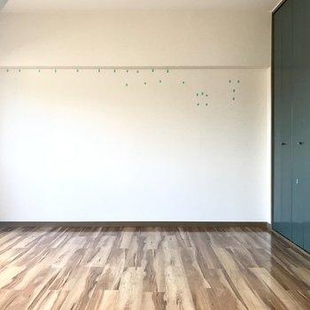 シンプルで広いワンルームは家具の配置がイメージしやすいですね! (※写真は清掃前のものです)