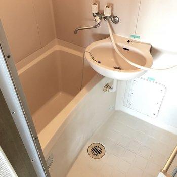 お風呂は2点ユニット。ちょっと小さめかな。 (※写真は清掃前のものです)