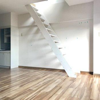 さあ、あの気になる階段の先は・・・ (※写真は清掃前のものです)