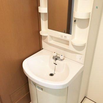 ころんと丸い形がかわいい洗面台。小物トレイもしっかりついてます。(※写真は同じ間取りの5階のお部屋のものです)