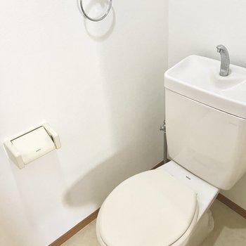 トイレはシンプルなタイプです。清潔感はしっかりね。(※写真は同じ間取りの5階のお部屋のものです)