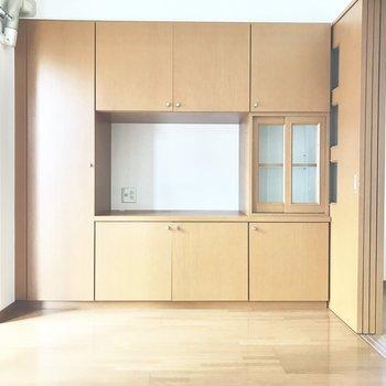 壁一面は備え付けの収納!ナチュラルな色味が素敵〜。(※写真は同じ間取りの5階のお部屋のものです)