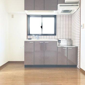 キッチンには小窓付き。自然な光も入ってくれるし、煙や匂いが気にならないのも嬉しい!(※写真は同じ間取りの5階のお部屋のものです)