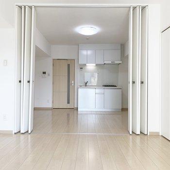 扉を開けると開放感がありますね※写真はクリーニング前・6階の同間取り別部屋のものです