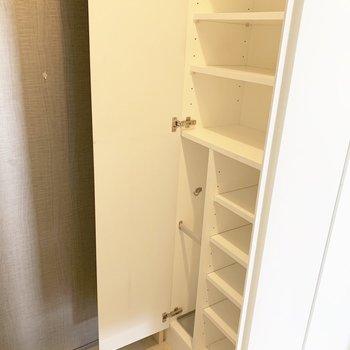 シューズボックス、傘立てついてます※写真はクリーニング前・6階の同間取り別部屋のものです